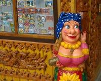 Chiffre en bois d'un gitan, décoration de découpage en bois dans la boutique de souvenirs Photo stock