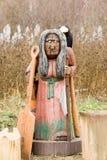 Chiffre en bois d'une femme agée avec Raven Photo stock