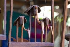 Chiffre en bois de trois oiseaux photo au marché du village cambodia photo libre de droits