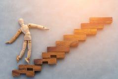 Chiffre en bois marchant vers le haut du concept en bois d'affaires d'escalier jpg Image stock
