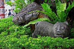Chiffre en pierre d'un chat dans la cour d'un monastère bouddhiste photographie stock libre de droits