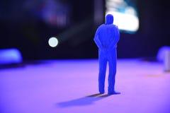 Chiffre et ombre humains de forme dans la lumière bleue photographie stock libre de droits