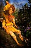 Chiffre fait main de poupée féerique se reposant sur la pierre dans la région boisée Photo stock