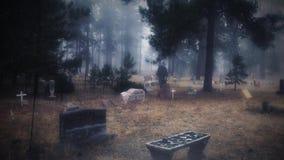 Chiffre fantomatique de cimetière dans le brouillard et la neige 4K clips vidéos