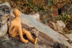 Chiffre miniature se reposant sur un rondin Photo libre de droits