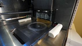 Chiffre moderne macro d'impression de l'imprimante 3D de plan rapproché Imprimante 3d tridimensionnelle automatique dans le labor Photo libre de droits