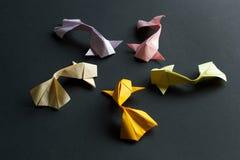 Chiffre ovale de cadre des poissons faits main de carpe de koi d'or d'origami de m?tier de papier sur le fond noir Vue de c?t? photos stock