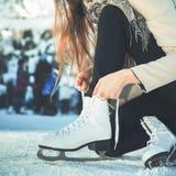 Chiffre patins de dentelles de lien de femme au plan rapproché de patinoire Photos stock