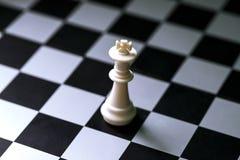 Chiffre roi blanc d'échecs sur l'échiquier Jeu d'échecs Conseil à carreaux Images stock