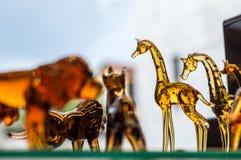 Chiffres animaux faits de verre montré sur une étagère d'une boutique de cadeaux à Eskisehir Photographie stock
