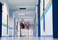 Chiffres brouillés par couloir d'hôpital image libre de droits