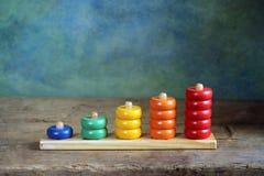 Chiffres colorés en bois d'enfants Photographie stock libre de droits