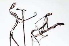 Chiffres créatifs des musiciens, homme les chantant avec des guitaristes photographie stock libre de droits