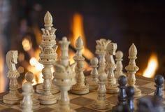 Chiffres d'échecs avec le fond de cheminée Photographie stock