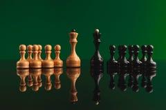 Chiffres d'échecs sur le fond vert avec la réflexion Photographie stock libre de droits