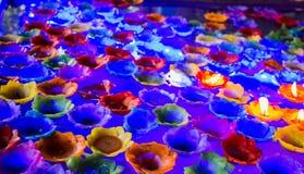 Chiffres d'affaires de flottement brûlants de bougies et de fleurs Images stock