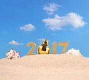 chiffres d'or de 2017 ans avec des coquillages Photographie stock libre de droits