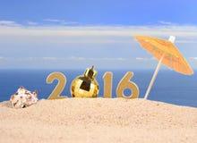 chiffres d'or de 2016 ans sur un sable de plage Photos libres de droits