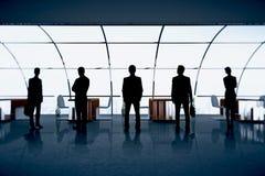 Chiffres d'hommes d'affaires dans le bureau Images libres de droits