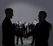 Chiffres d'hommes d'affaires. Poignée de main. Photo stock