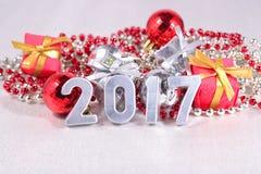 chiffres de 2017 ans et décorations argentés de Noël Photographie stock