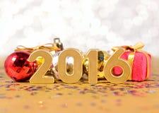 chiffres de 2016 ans et décorations d'or de Noël Images stock