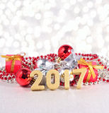 chiffres de 2017 ans et décorations d'or de Noël Photographie stock