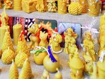 Chiffres de cire de fête montrés en vente au marché de Noël de Riga Photo stock