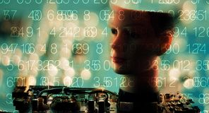 Chiffres de code informatique et tête du robot AI Photographie stock