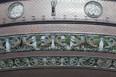 Chiffres de cuivre des dragons et des lions à ailes sur le bâtiment Photo stock