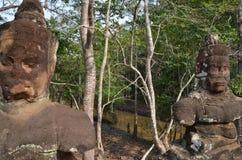 Chiffres de deux dieux dans l'accès à Angkor Thom Image libre de droits
