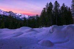 Chiffres de neige au coucher du soleil dans les montagnes du Tyrol image stock