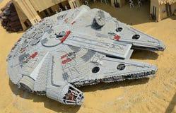 Chiffres de starwars témoin, dans le faucon de millénaire de legoland fait à partir du bloc en plastique de lego Photo stock