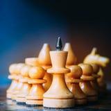 Chiffres en bois blancs de Leading His Army du Chef d'échecs Photo libre de droits
