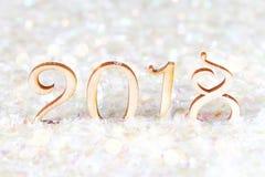 Chiffres en bois de 2018 sur la neige L'atmosphère de Noël la nouvelle année 2018 Image libre de droits