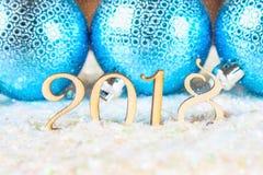 Chiffres en bois de 2018 sur la neige L'atmosphère de Noël la nouvelle année 2018 Billes bleues Image stock