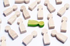 Chiffres en bois des personnes sur un fond blanc Photo stock