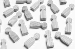 Chiffres en bois des personnes sur un fond blanc Image stock