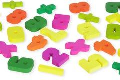 Chiffres en bois multicolores de jouet sur le blanc Photo libre de droits