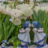 Chiffres en céramique peints à la main fille de baiser bleue de la Hollande de garçon de Delft Fille et garçon néerlandais typiqu Photos libres de droits