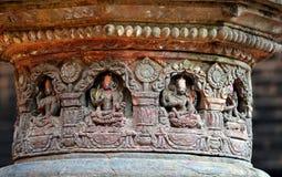 Chiffres en pierre découpés sur un temple hindou public Image libre de droits