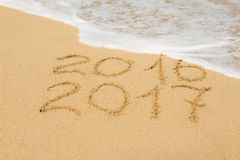 Chiffres 2016 et 2017 sur le sable Image stock
