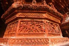 Chiffres historiques sur le mur de temple de terre cuite Images libres de droits