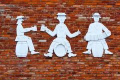 Chiffres lithuaniens de trois hommes avec de la bière photo stock