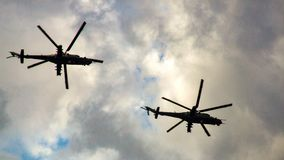 Chiffres noirs de deux hélicoptères militaires russes sur le ciel Photographie stock
