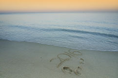 Chiffres 2016 sur le bord de la mer de sable pendant le coucher du soleil - concept de nouveau Image libre de droits