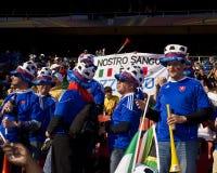 Chifre de Vuvuzela da terra arrendada do ventilador de futebol Imagem de Stock