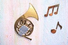 Chifre francês com notas musicais Imagens de Stock