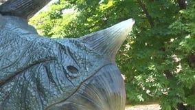 Chifre realístico do tricheraptus do dinossauro no parque de Dino vídeos de arquivo