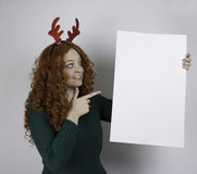 Chifres vestindo da jovem mulher e guardar o sinal vazio Fotos de Stock